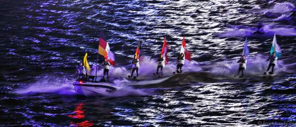 Jetski mit Wasserskiläufer tragen die Flagge ihres Bundeslandes bei der Show von 25 Jahre Deutsche Einheit in Frankfurt 2015
