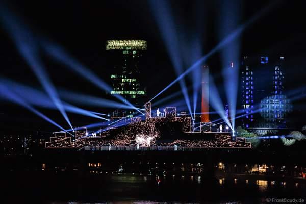 Tänzer und Performer bei Lichtshow am Main von 25 Jahre Tag der Deutschen Einheit in Frankfurt 2015