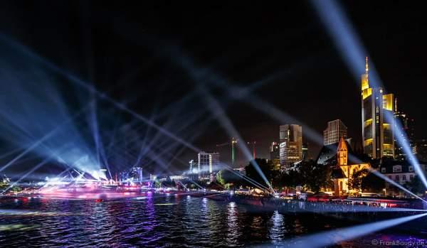 Lichtbrücken bei der Show am Main von 25 Jahre Tag der Deutschen Einheit in Frankfurt 2015
