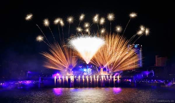 Feuerwerk bei 25 Jahre Deutsche Einheit in Frankfurt 2015