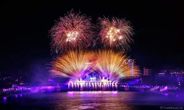 Feuerwerk und Lichtshow bei der Show von 25 Jahre Deutsche Einheit in Frankfurt 2015
