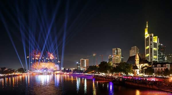 Feuerwerk und Lichtshow bei der Show am Main von 25 Jahre Deutsche Einheit in Frankfurt/Skyline 2015