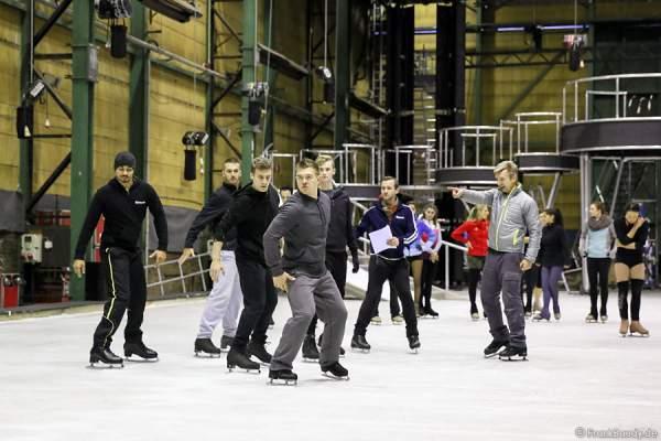Christopher Dean trainiert die Eisläufer bei den Proben der neuen Show BELIEVE von Holiday on Ice