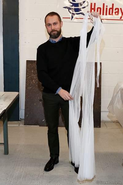 Nicolas Vaudelet zeigt Kostüme in der Kostümwerkstatt von Holiday on Ice - BELIEVE