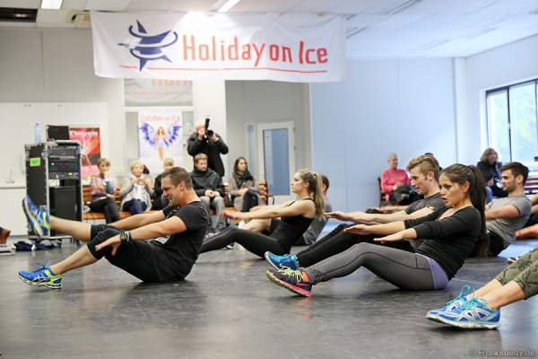 Das Ensemble der Show BELIEVE von Holiday on Ice mit Bart Dorfler beim Fitness-Training