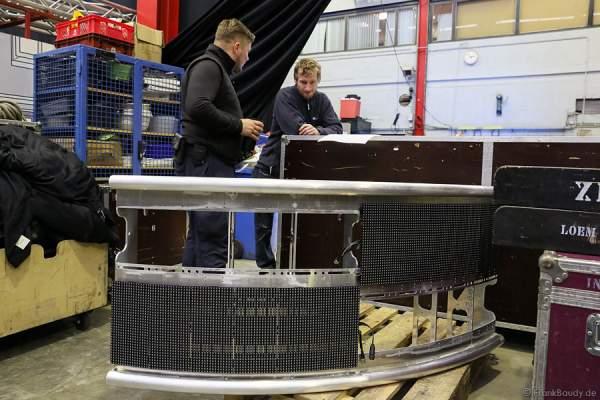 In der Werkstatt werden die LED-Panel montiert