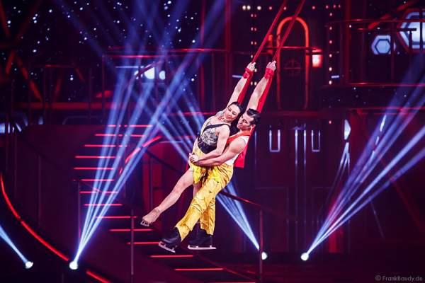 Robin Johnstone und Andrew (Andy) Buchanan am Vertikaltuch bei Holiday on Ice Show BELIEVE