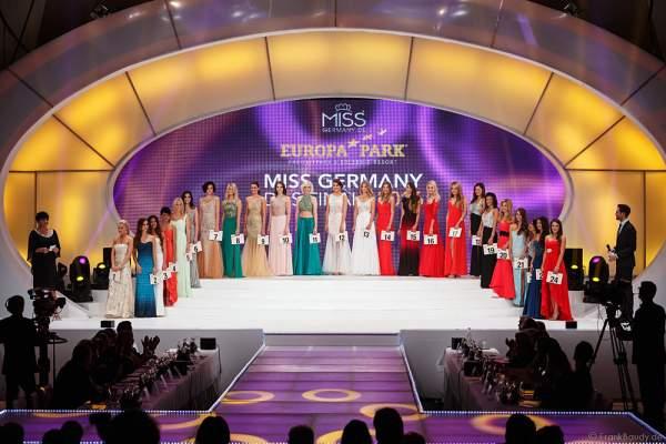 Die 24 Teilnehmerinnen der Miss Germany 2016 Wahl im Abendkleid auf der Bühne