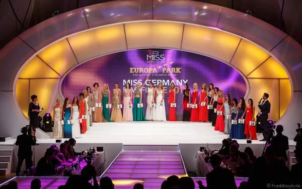 Die 24 Teilnehmerinnen der Miss Germany 2016 Wahl mit Teilnehmernummer auf der Bühne