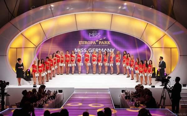 Die 24 Teilnehmerinnen der Miss Germany 2016 Wahl im Badeanzug auf der Bühne