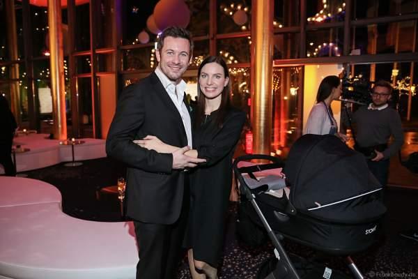 Jan Hartmann mit Ehefrau Julia und Sohn Niklas im Kinderwagen bei der Miss Germany 2016 Wahl im Europa-Park am 20.02.2016