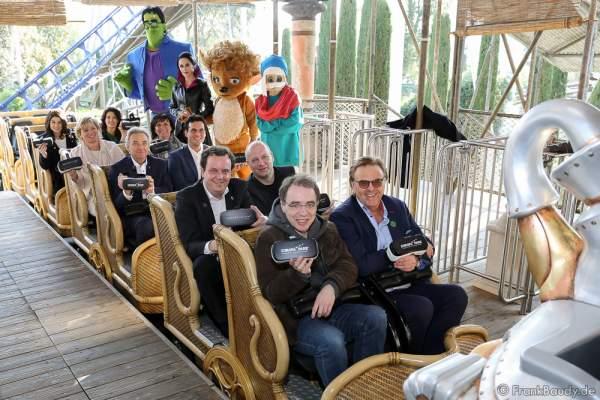 """Roland Mack und David Safier (1. Reihe) kurz vor dem Start auf """"Pegasus Coastiality"""" im Europa-Park"""