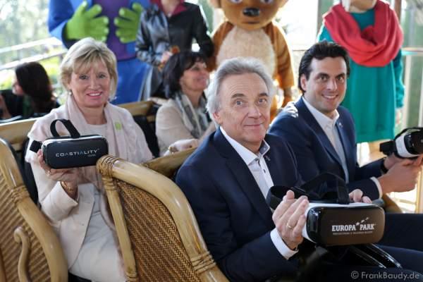"""Familie Mack mit Samsung Gear VR-Brillen für die Achterbahn """"Pegasus Coastiality"""" im Europa-Park"""