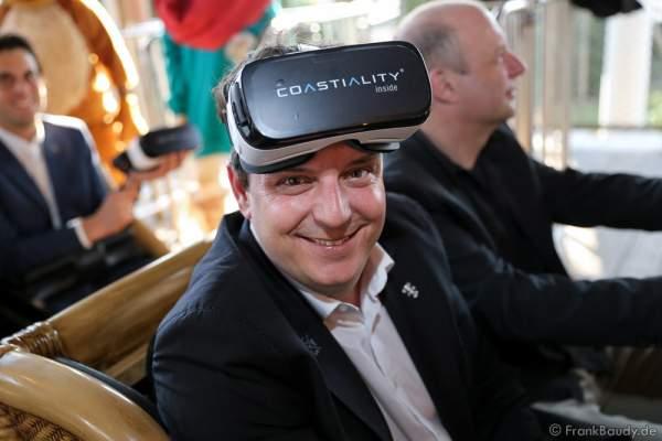 """Michael Mack mit Samsung Gear VR-Brille für die Achterbahn """"Pegasus Coastiality"""" im Europa-Park"""