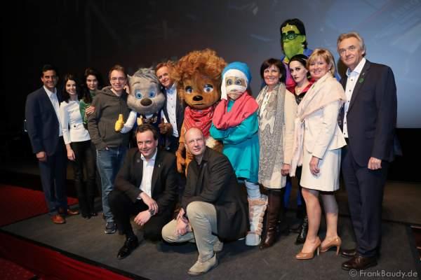 """Im Magic Cinema 4D freut sich die Europa-Park Inhaber Familie Mack mit David Safier (Autor """"Happy Family"""", 4.v.l.) und den """"Happy Family"""" Characters auf den Saisonstart 2016"""