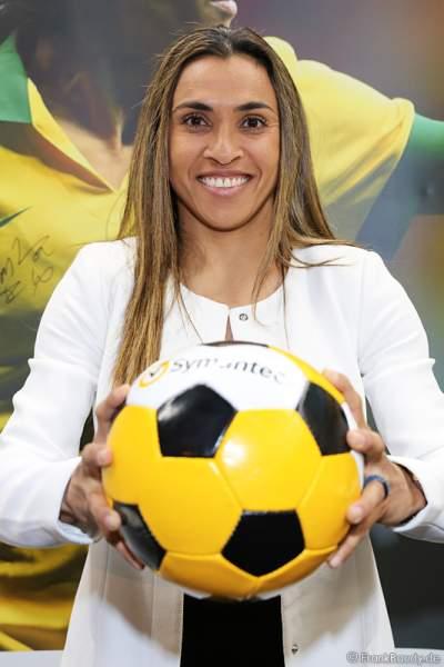 Fußballspielerin Marta Vieira da Silva am Messestand der Firma Symantec bei den WorldHostingDays 2016