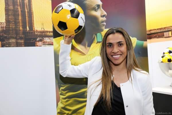 Die brasilianische Fußballspielerin Marta Vieira da Silva am Messestand der Firma Symantec bei den WorldHostingDays 2016