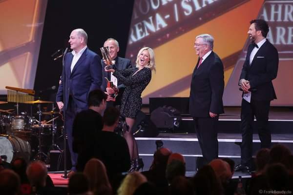 Helene Fischer mit ihrem Manager Uwe Kanthak (2-L) und Dieter Semmelmann (L) von Semmel Concerts beim PRG LEA 2016 - Live Entertainment Award in der Festhalle in Frankfurt