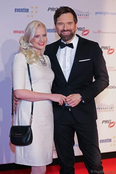 Ingo Nommsen mit Freundin Sarah Knappik auf dem roten Teppich beim PRG LEA 2016 - Live Entertainment Award in der Festhalle in Frankfurt