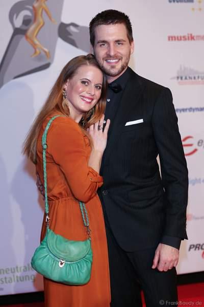 Alexander Klaws und Freundin Nadja Scheiwiller auf dem roten Teppich beim PRG LEA 2016 - Live Entertainment Award in der Festhalle in Frankfurt