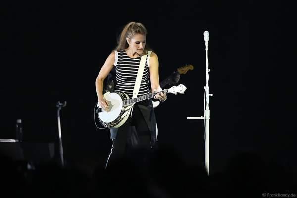 Emily Robison der Country Band Dixie Chicks während ihrer MMXVI World Tour am 17.04.2016 im Hallenstadion in Zürich/Schweiz