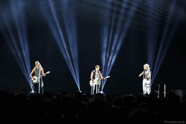 Emily Robison, Natalie Maines und Martie Maguire der Country Band Dixie Chicks während ihrer MMXVI World Tour am 17.04.2016 im Hallenstadion in Zürich/Schweiz