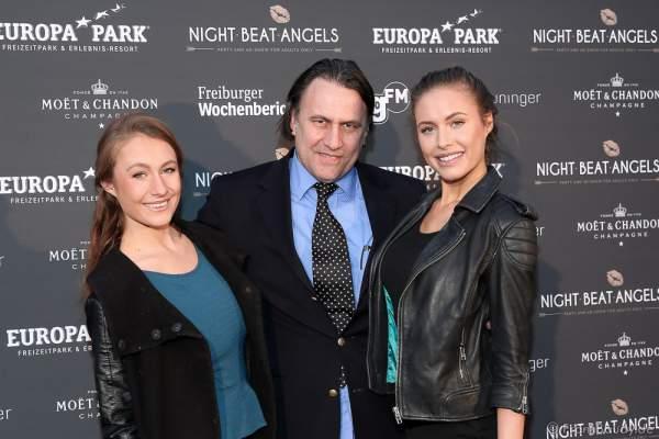 Alena Gerber mit ihren Eltern bei der Premiere der neuen Abendshow Night.Beat.Angels am 29. April 2016 im Europa-Park in Rust