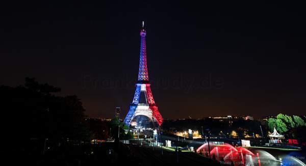 Beleuchteter Eiffelturm in Tricolor bei Nacht vor dem Feuerwerk beim Nationalfeiertag am 14. Juli 2016 in Paris