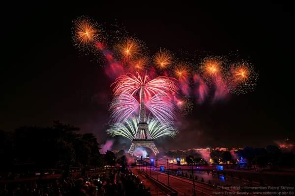 Feuerwerk auf dem Eiffelturm zum Nationalfeiertag am 14. Juli 2016 in Paris