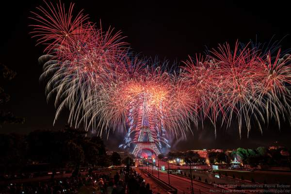 Stunning fireworks at the Eiffel Tower on the french national day 2016 in Paris