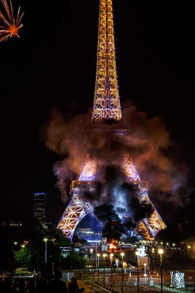 Feuer am Ende des Feuerwerks auf dem Eiffelturm zum Nationalfeiertag am 14. Juli 2016 in Paris