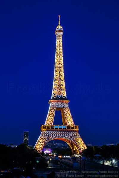 Beleuchteter Eiffelturm bei Nacht vor dem Feuerwerk beim Nationalfeiertag am 14. Juli 2016 in Paris