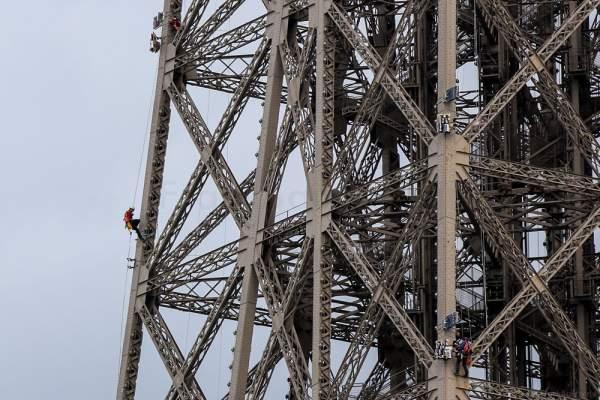 Montage des Feuerwerk auf dem Eiffelturm zum Nationalfeiertag am 14. Juli 2016 in Paris