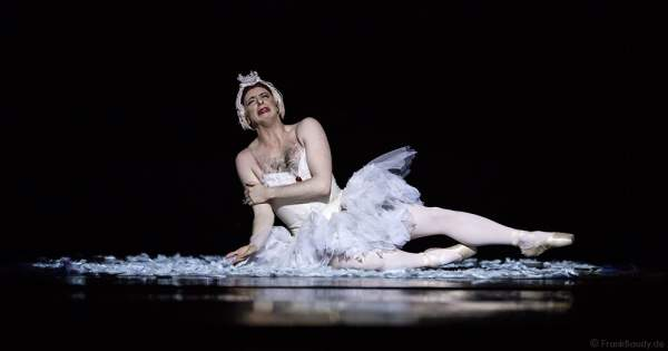 Der sterbende Schwan mit Raffaele Morra von Les Ballets Trockadero de Monte Carlo - The Trocks - am 2. August 2016 bei der Tourpremiere im Nationaltheater Mannheim
