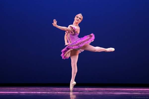 Tänzer Philip Martin-Nielson als Ballerina Nadia Doumiafeyva bei Les Ballets Trockadero de Monte Carlo - The Trocks