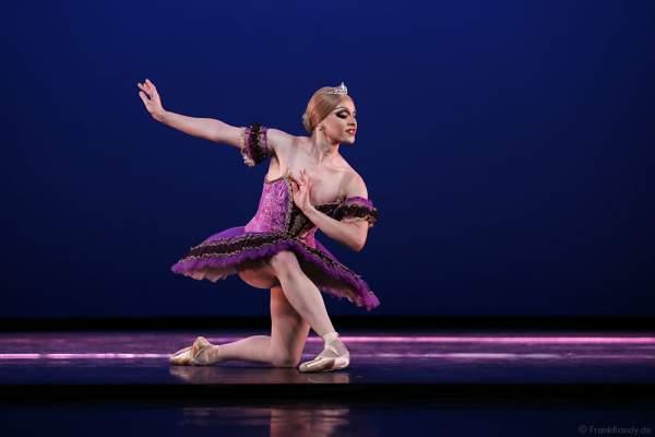 Tänzer Philip Martin-Nielson als Ballerina Nadia Doumiafeyva - The Trocks - bei Les Ballets Trockadero de Monte Carlo - The Trocks