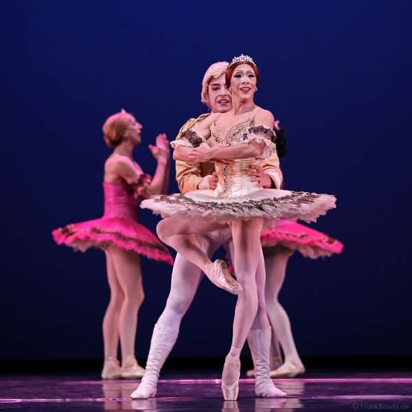 Giovanni Ravelo und Carlos Hopuy von Les Ballets Trockadero de Monte Carlo - The Trocks - am 2. August 2016 bei der Tourpremiere im Nationaltheater Mannheim