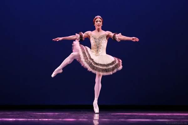 Ballerina Alla Snizova – Carlos Hopuy von Les Ballets Trockadero de Monte Carlo - The Trocks - am 2. August 2016 bei der Tourpremiere im Nationaltheater Mannheim