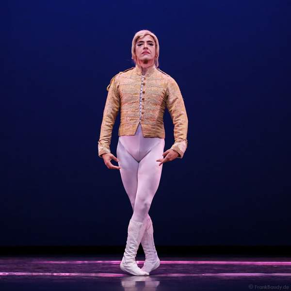 Kavalier Bruno Backpfeifengesicht – Giovanni Ravelo von Les Ballets Trockadero de Monte Carlo - The Trocks - am 2. August 2016 bei der Tourpremiere im Nationaltheater Mannheim