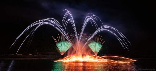 Großes Feuerwerk bei Nacht der 1000 Feuer in Oberwesel - Rhein in Flammen 2016