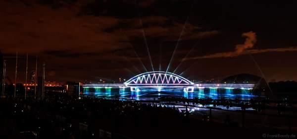 Laserprojektion der Krim-Brücke (Putin's Crimea bridge) auf eine Wasserfontänenleinwand bei CIRCLE OF LIGHT 2016 in Moskau - Krylatskoye Grebnoy Channel Moscow