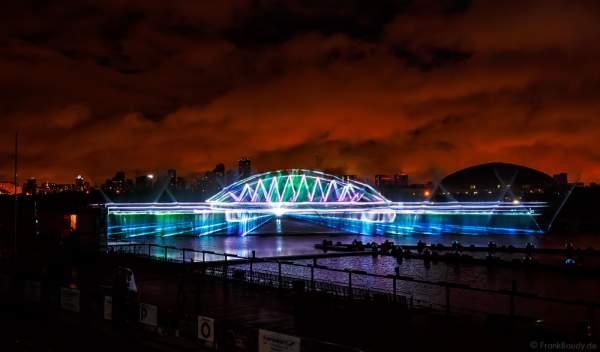 Laserprojektion der Krim-Brücke (Putin's Crimea bridge) auf eine Wasserfontänenleinwand bei CIRCLE OF LIGHT 2016 in Moskau - Krylatskoye Grebnoy Channel
