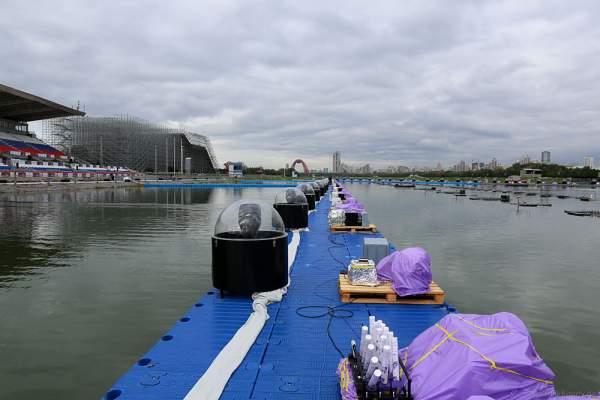 Schwimmende Installation für Scheinwerfer, Wassereffekte, Pyrotechnik und Feuer am Grebnoy Channel in Krylatskoye bei CIRCLE OF LIGHT 2016 in Moskau