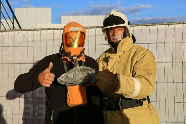 Spezielle Schutzanzüge für Techniker in der Gefahrenzone am Grebnoy Channel in Krylatskoye bei CIRCLE OF LIGHT 2016 in Moskau