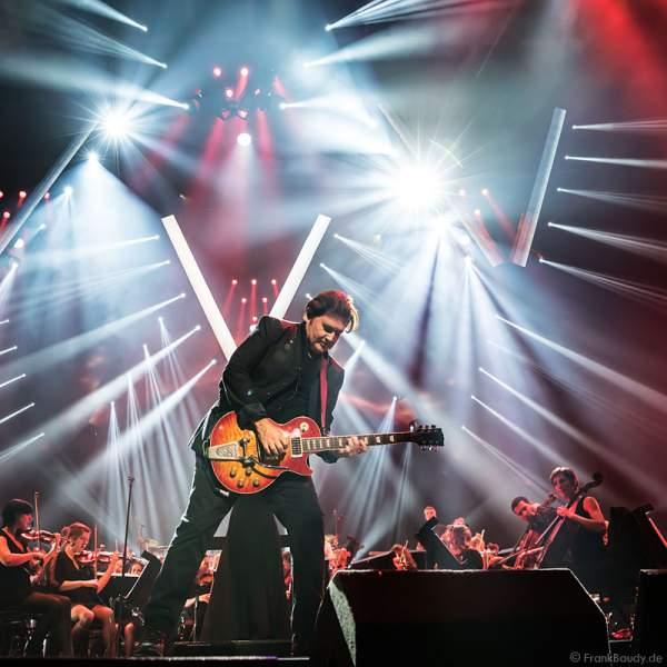 Charlie Burchill von den Simple Minds bei der Deutschlandpremiere von Night of the Proms 2016 in der SAP Arena Mannheim