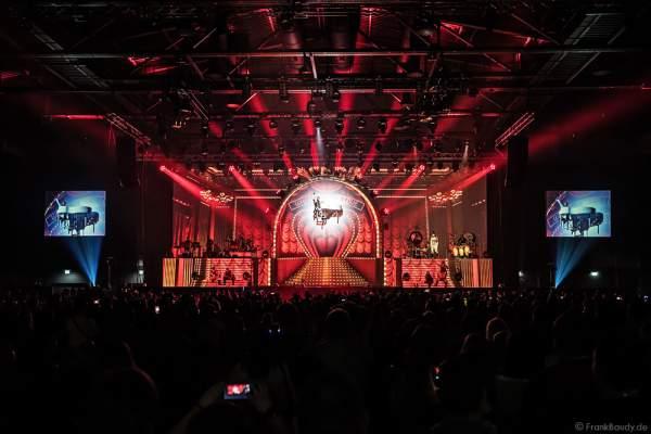 DJ BoBo am sich um 360 Grad drehende weißen Klavier bei neuen Show MYSTORIAL am 13. Januar 2017 im Europa-Park Rust