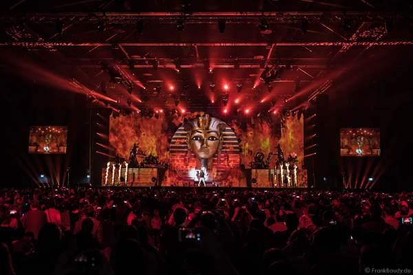 Flammeneffekte bei der neuen Show MYSTORIAL von DJ BoBo bei der großen Weltpremiere am 13. Januar 2017 im Europa-Park Rust