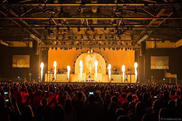 Große Feuereffekte bei der neuen Show MYSTORIAL von DJ BoBo bei der großen Weltpremiere am 13. Januar 2017 im Europa-Park Rust