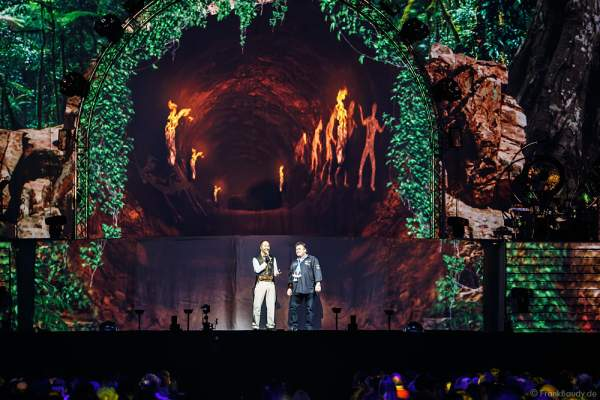 DJ BoBo mit einem Zuschauer der die Karten zum Geburtstag bekam bei der Show MYSTORIAL am 13. Januar 2017 im Europa-Park Rust
