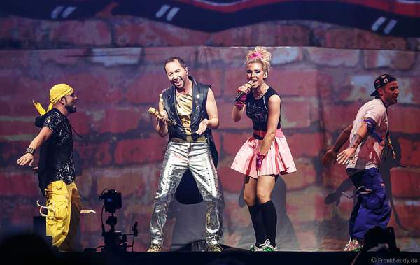Sängerin Aneta Sablik und DJ BoBo bei der Weltpremiere der Show MYSTORIAL am 13. Januar 2017 im Europa-Park Rust